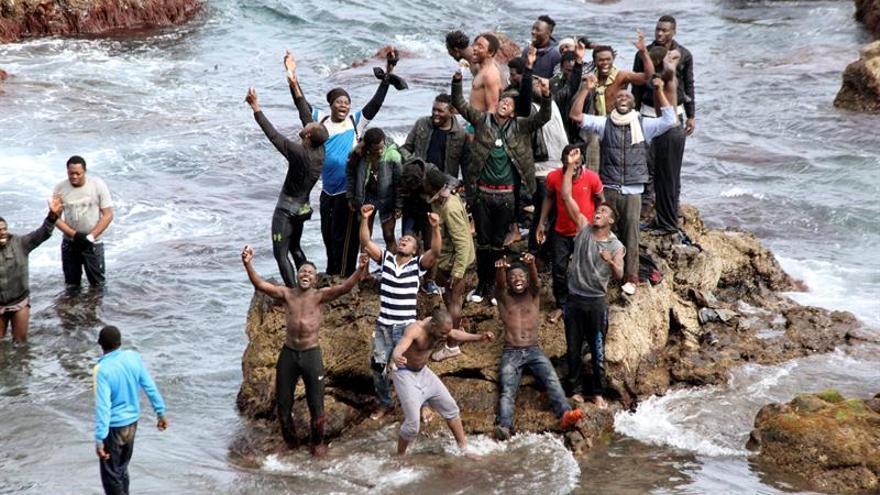 Unos 90 inmigrantes entran en Ceuta tras bordear el espigón fronterizo
