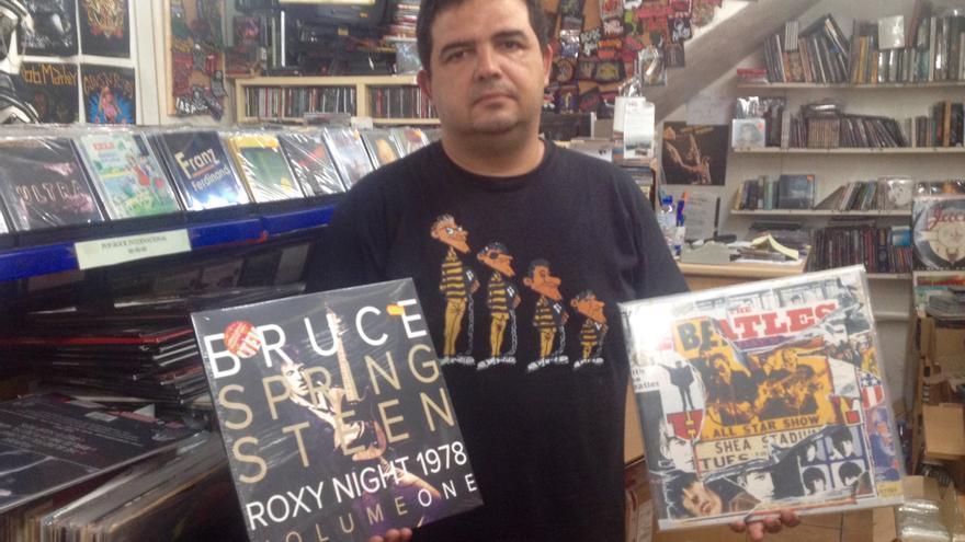 Paco Ayala, propietario de discos Discomix, en su local.