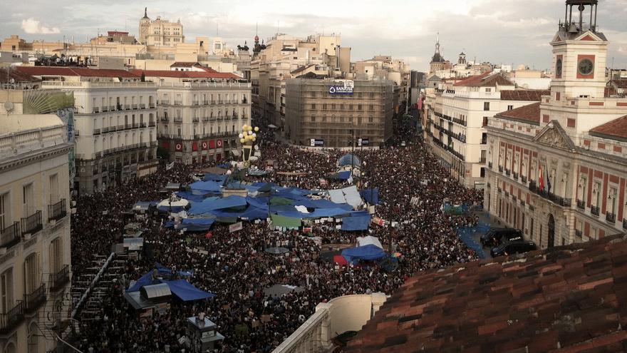 Miles de personas concentradas en la Puerta del Sol en mayo de 2011 / Foto: Juan Luis Sánchez