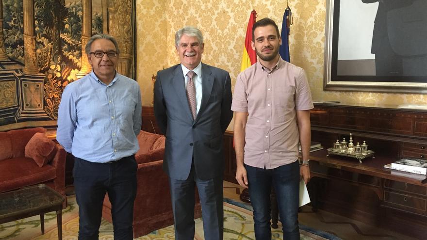 Manolo Mata, el Ministro de Exteriores, Alfonso Dastis, y Fran Ferri.
