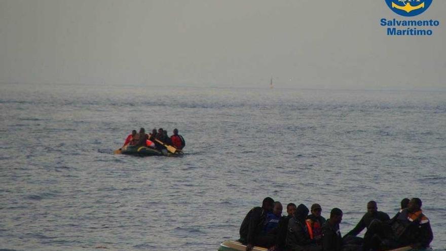 Efectivos españoles y marroquíes rescatan a 39 inmigrantes en cinco embarcaciones en aguas del Estrecho