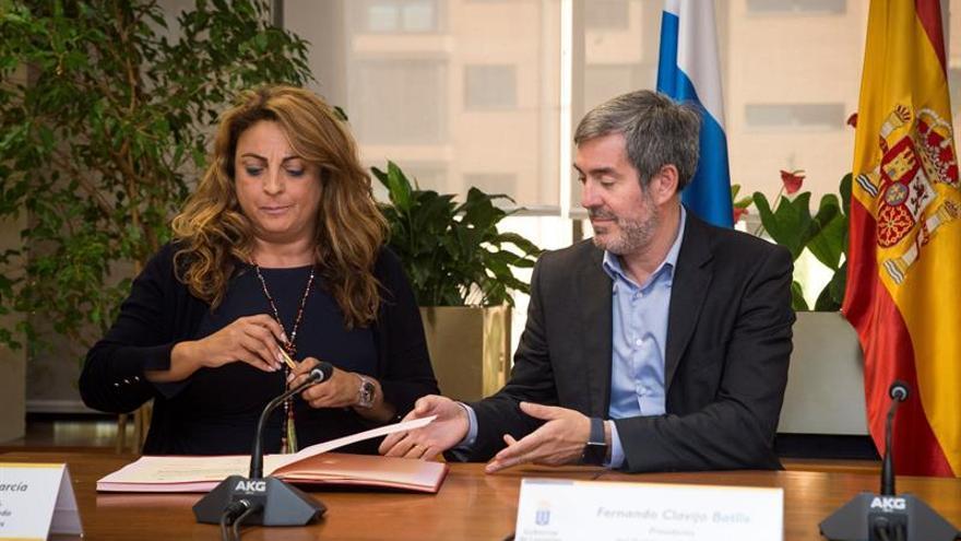 La consejera de Empleo, Políticas Sociales y Vivienda del Gobierno de Canarias, Cristina Valido(i), y el Presidente de Canarias, Fernando Clavijo (d), durante la firma del Plan Integral de Empleo de Canarias