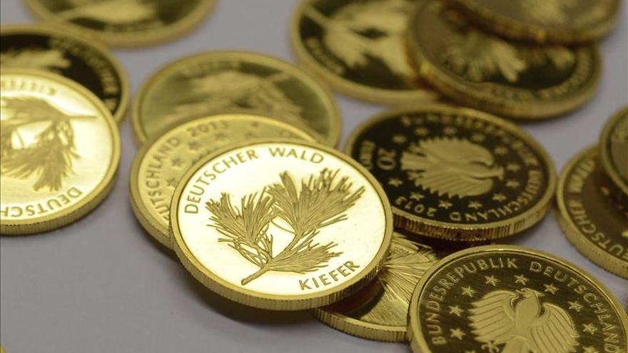 El euro se mantiene en 1,1117 dólares