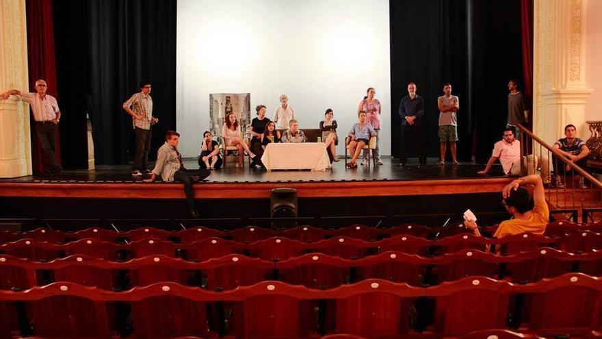 El grupo de adultos de la Escuela Municipal de Teatro 'Pilar Rey' durante un ensayo.