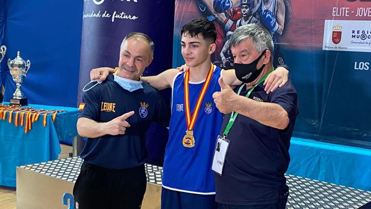 Rafa Lozano junior, junto a su padre, tras lograr el oro.