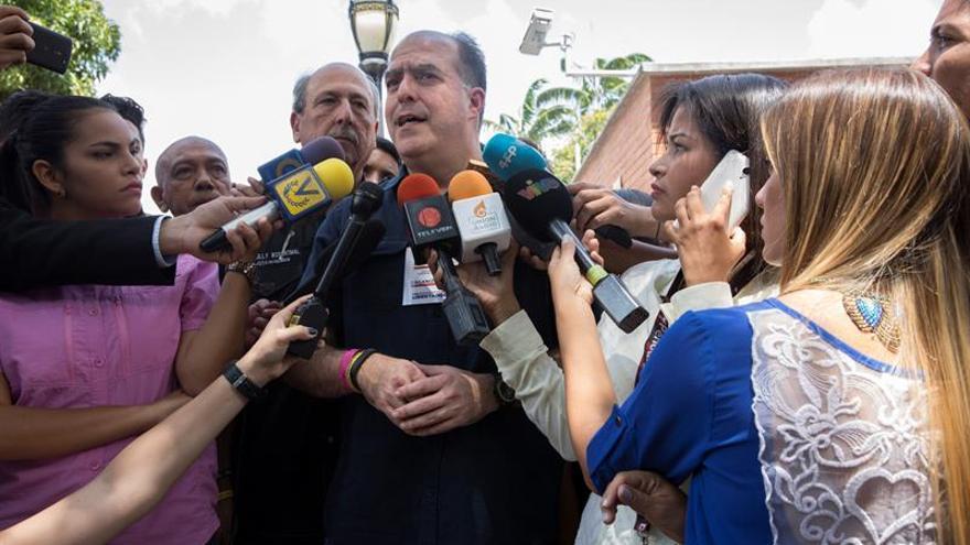 """Oposición venezolana le dice Maduro quedó """"revocado"""" con el resultado de plebiscito"""
