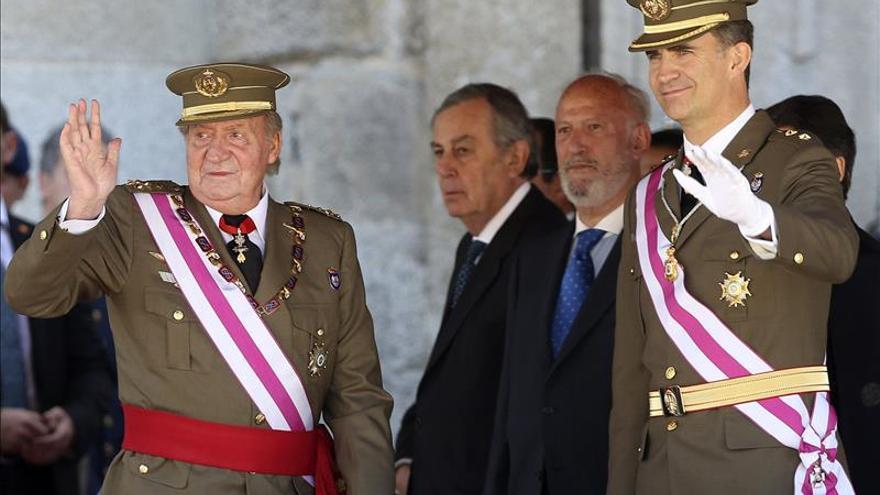 El rey y el príncipe saludan a su llegada al monasterio de El Escorial. Foto: EFE.