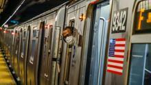 Un pasajero con mascarilla en el metro de Nueva York, uno de los principales focos de la pandemia en Estados Unidos.