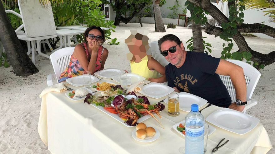 El juez Salvador Alba, junto a su esposa, la secretaria judicial Teresa Lorenzo, y la hija de la pareja, de vacaciones en las Maldivas