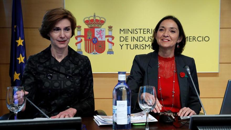 La ministra de Industria, Comercio y Turismo en funciones, Reyes Maroto y la secretaria de Estado de Turismo, Isabel Oliver Sagreras.