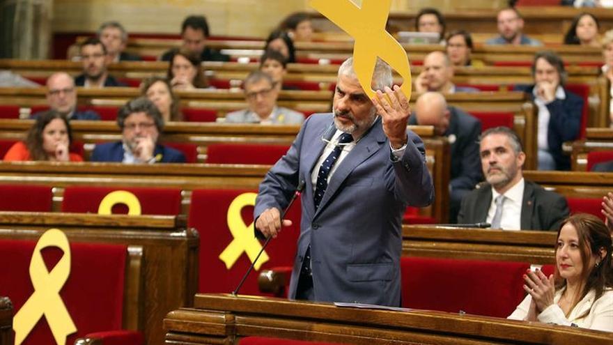 Reanudan el pleno del Parlament tras cambiar de sitio el lazo de la polémica