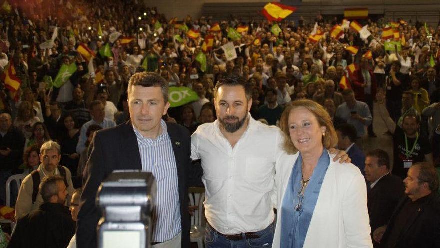 Lourdes Méndez, diputada de Vox por Murcia, junto a Pascual Salvador (líder local de la formación) y Santiago Abascal, en un mitin celebrado en el Pabellón Príncipe de Asturias de la ciudad (fuente: Twitter).