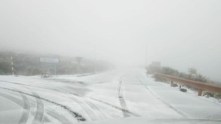 Vía de acceso al Observatorio Astrofísico del Roque de Los Muchacho cubierta de nieve el pasado lunes