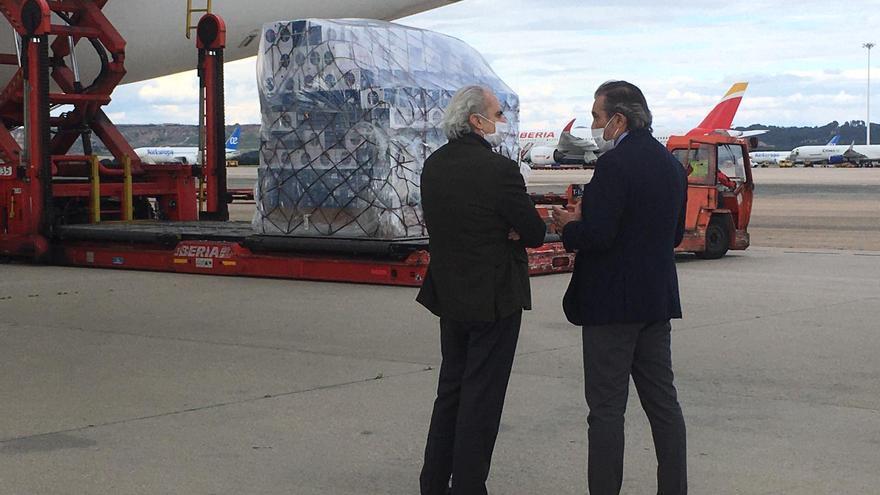 En consejero de Sanidad y el de Interior y Justicia de la Comunidad de Madrid junto al cargamento
