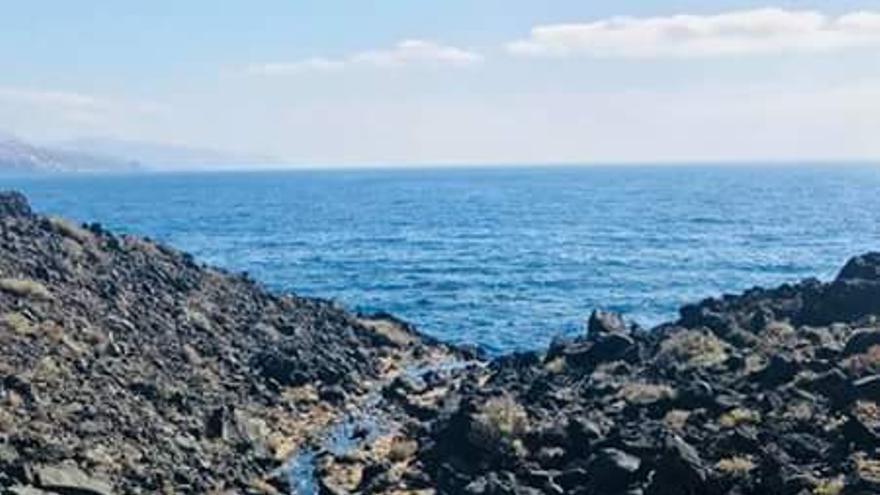 Riachuelo de fuel en dirección al mar en Candelaria, con origen en el polígono industrial