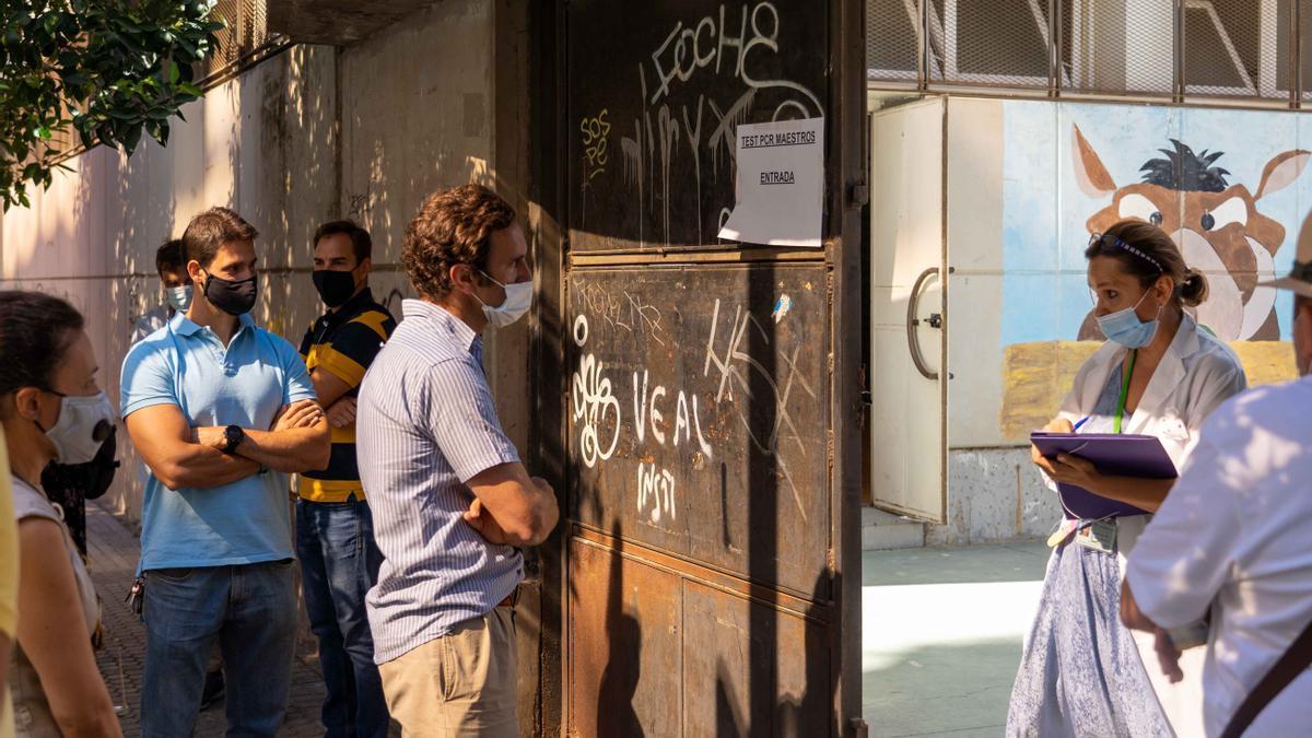 Profesores esperan en la puerta de un instituto de Sevilla