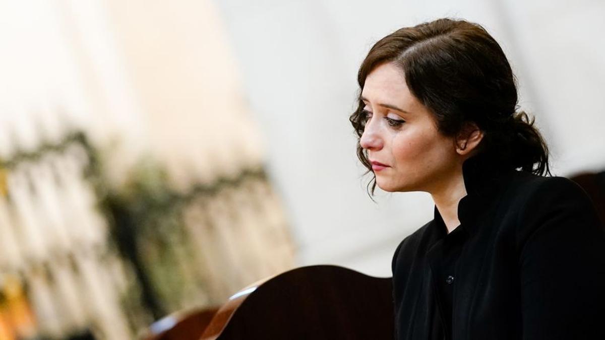 La presidenta de la Comunidad de Madrid, Isabel Díaz Ayuso, en la misa celebrada en la Catedral de la Almudena por los fallecidos por la pandemia