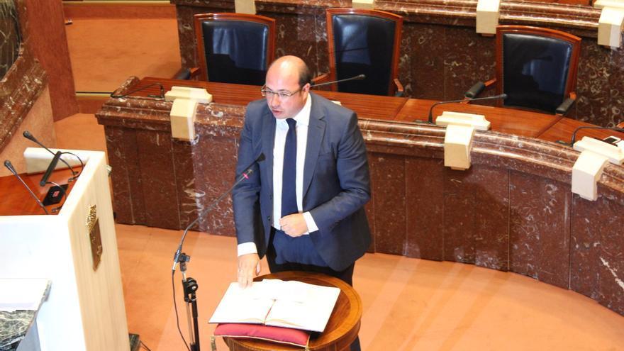 Pedro Antonio Sánchez jurando su cargo sobre la Constitución, en la posición girada en la que la ha dejado la presidenta Peñalver / PSS