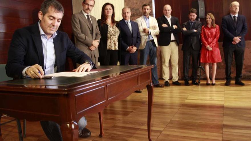 El presidente del Gobierno de Canarias, Fernando Clavijo (i), firma con los presidentes de Cabildos, excepto el de Gran Canaria, el convenio sobre el reparto del IGTE