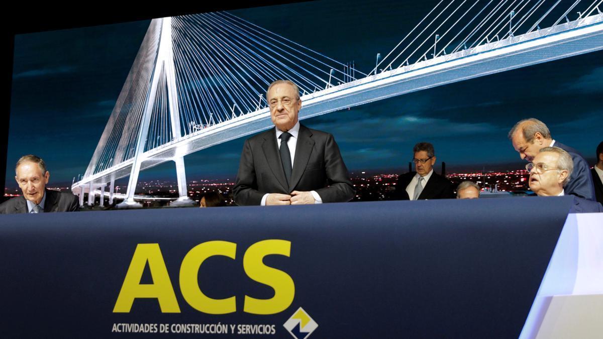 El presidente de ACS, Florentino Pérez (c), en una junta de accionistas de la compañía.