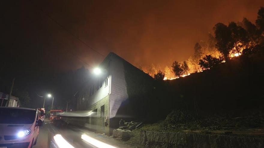 Siete incendios se mantienen activos en Galicia con riesgo para la población