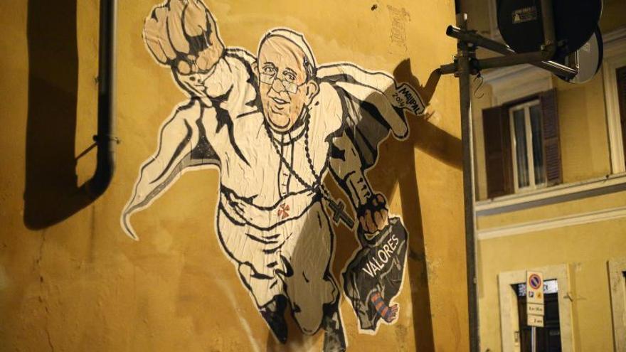 El papa Francisco aparece retratado como Superman en los muros de Roma