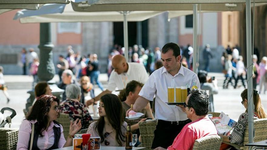 Imagen de archivo de un camarero en una terraza. El sector servicios es uno de los que más padece la temporalidad.