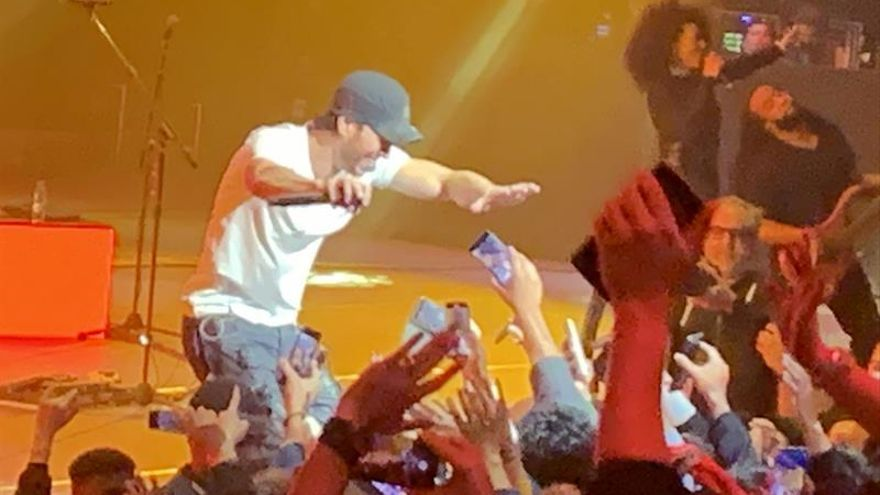 Enrique Iglesias se entrega en un íntimo y apasionado concierto en A.Saudí
