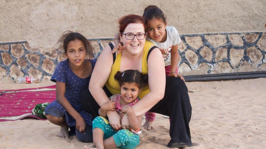 La diputada Verónica Ordóñez junto a Leila y otras dos niñas en un campamento saharahui.