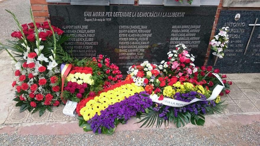 Coronas de flores en las tumbas donde están los restos de los 27 ajusticiados