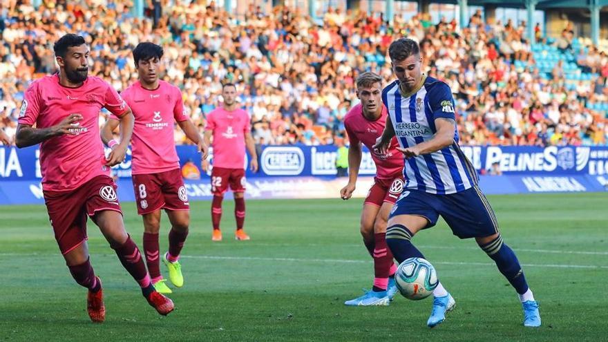 Los jugadores del CD Tenerife luciendo su equipación solidaria en el encuentro de Ponferrada del mes pasado.