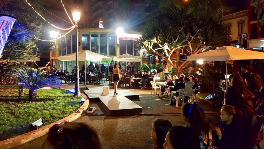 Un momento del  desfile  de moda celebrado en la noche de este viernes en  la Plaza José Mata de Santa Cruz de la Palma. Foto: Asociación de Empresarios del Casco Histórico.