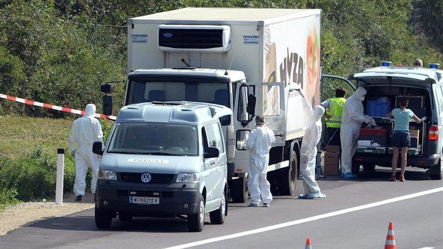 Imagen del camión donde han muerto asfixiados los refugiados