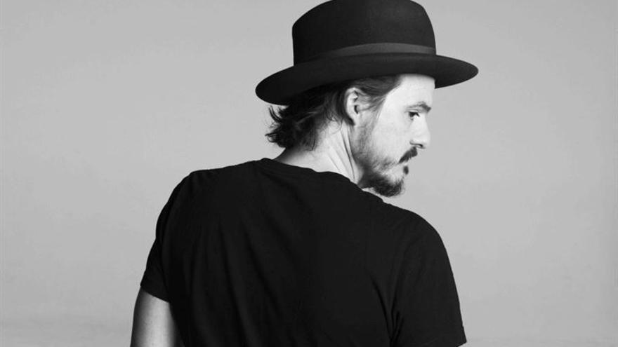 El músico madrileño y exmiembro de Los Ronaldos, Coque Malla, actuará este viernes en Santander.