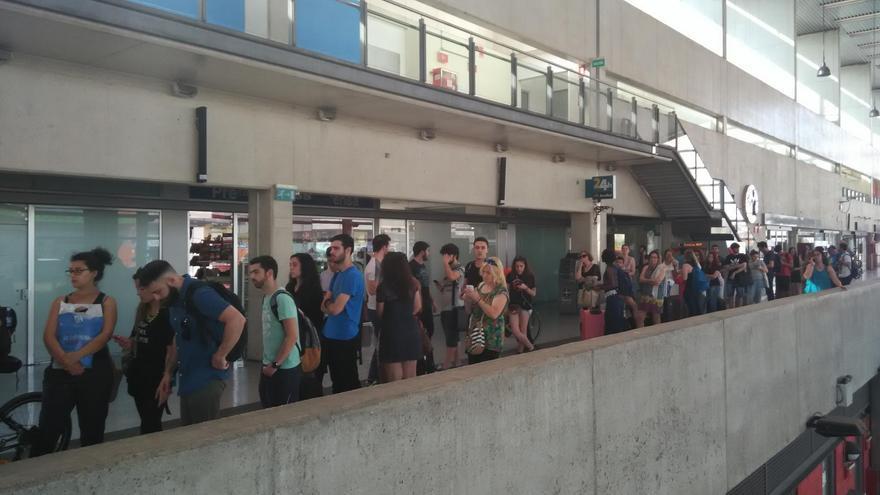 Colas de usuarios en la estación de Castellón para adquirir un billete del Cercanías hasta Valencia