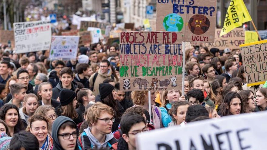 Jóvenes marchan en todo mundo para exigir políticas contra el cambio climático.