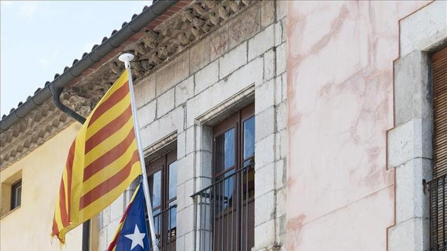"""Mossos retiran las """"esteladas"""" de Torroella y Navàs por orden de la Junta Electoral"""