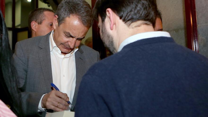 Zapatero firma autógrafos en Las Palmas de Gran Canaria