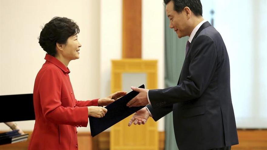 """El ministro de Justicia y un secretario presidencial surcoreano dimiten por el caso """"Rasputina"""""""
