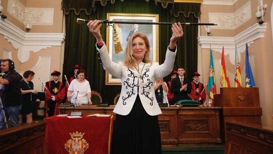 Amparo Marco, alcaldesa de Castellón, con la vara de mando