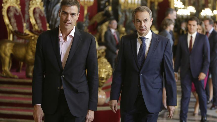 Pedro Sánchez y José Luis Rodríguez Zapatero en la recepción en el Palacio Real con motivo del 12 de octubre.