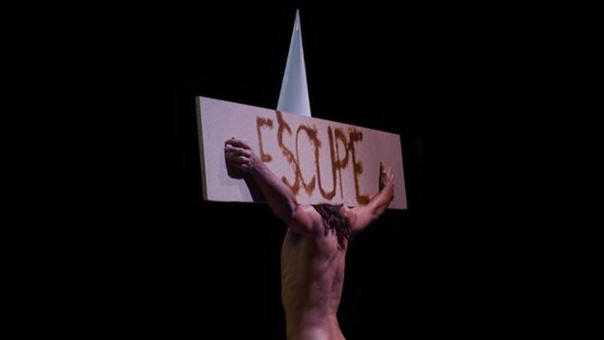 Escena de Dios tiene vagina. (Vértebro)