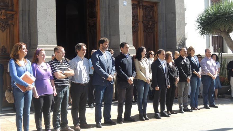 Minuto de silencio en el Ayuntamiento en recuerdo de la mujer asesinada en Santa Cruz de Tenerife