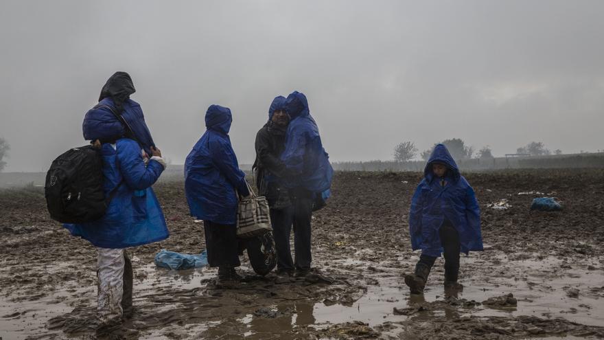 La lluvia convierte en un lodazal zonas donde los refugiados tienen que esperar horas para pasar de un país a otro sin cobijo ni asistencia. El pasado 19 de octubre, más de 3.000 personas tuvieron que pasar la noche a la intemperie, expuestos al frío y a la lluvia, en tierra de nadie, en el cruce fronterizo de Berkasovo-Bapska hasta que se les permitió el acceso a Croacia. Fotografía: Anna Surinyach/MSF