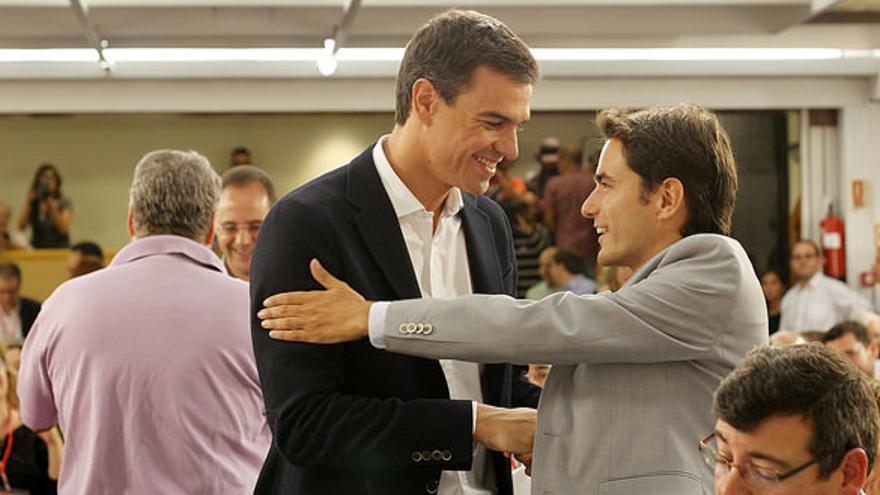 Casares saluda a  Sánchez en un comité federal celebrado en septiembre de 2014.