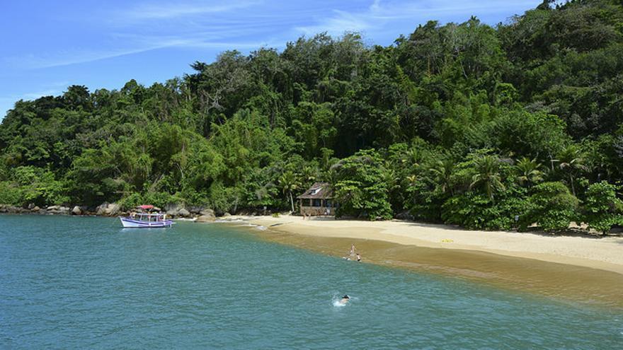 Playa do Puntal, junto al casco histórico de Paraty. Ronasetur.