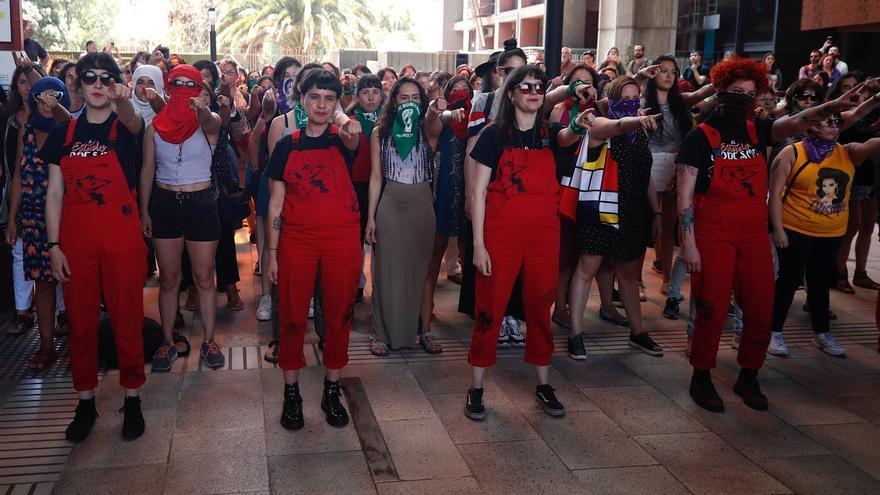"""Vista del colectivo feminista Las Tesis realizando el performance del himno contra la violencia sexual """"Un violador en tu camino""""."""