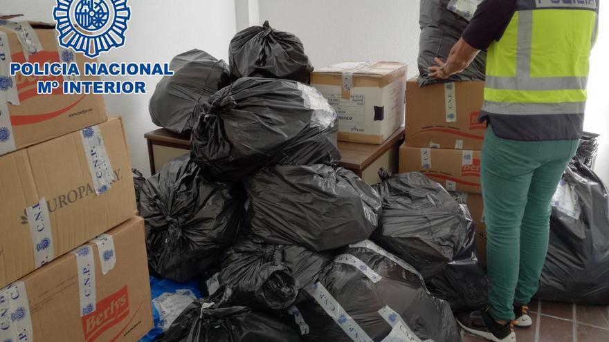 La Policía Nacional interviene artículos falsificados por valor de 454.000 euros.