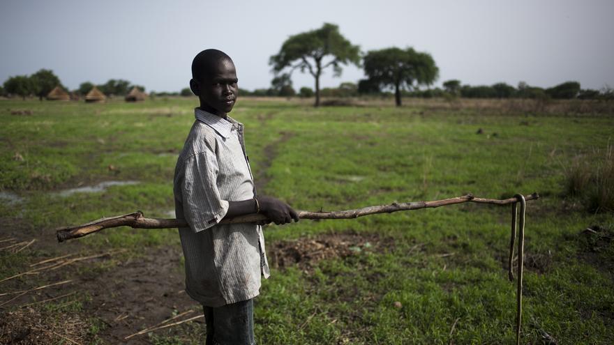 Luka, de 15 años, pasó dos noches escondido entre los pastos cuando varios atacantes acudieron a su comunidad en Sudán del Sur a robar el ganado; muchos de sus vecinos murieron. / Imagen: Gabriel Pecot/Oxfam Intermón.