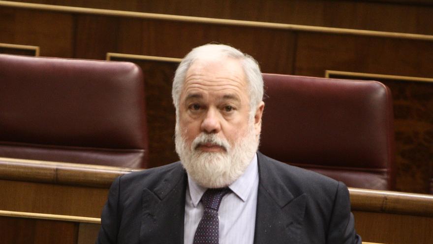 Arias Cañete anuncia una reforma legislativa que permitirá la regularización permanente de las embarcaciones